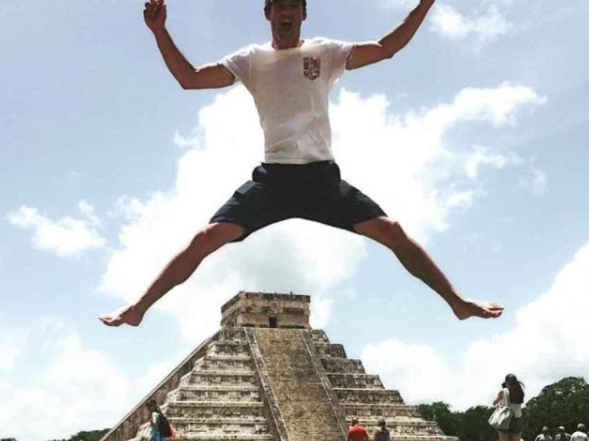 El jinete, en una divertida instantánea en la ciudad maya.
