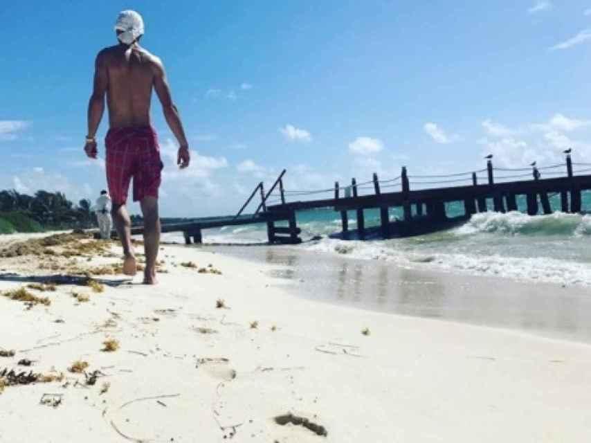 Bono Jr. pasea por playa del Carmen.