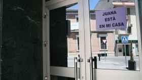 De los comercios y viviendas de Maracena cuelgan carteles que dicen que Juana Rivas está allí
