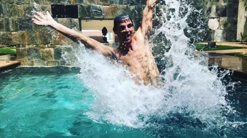 José Bono Jr., en una de las piscinas del exclusivo hotel cinco estrellas en el que se aloja.