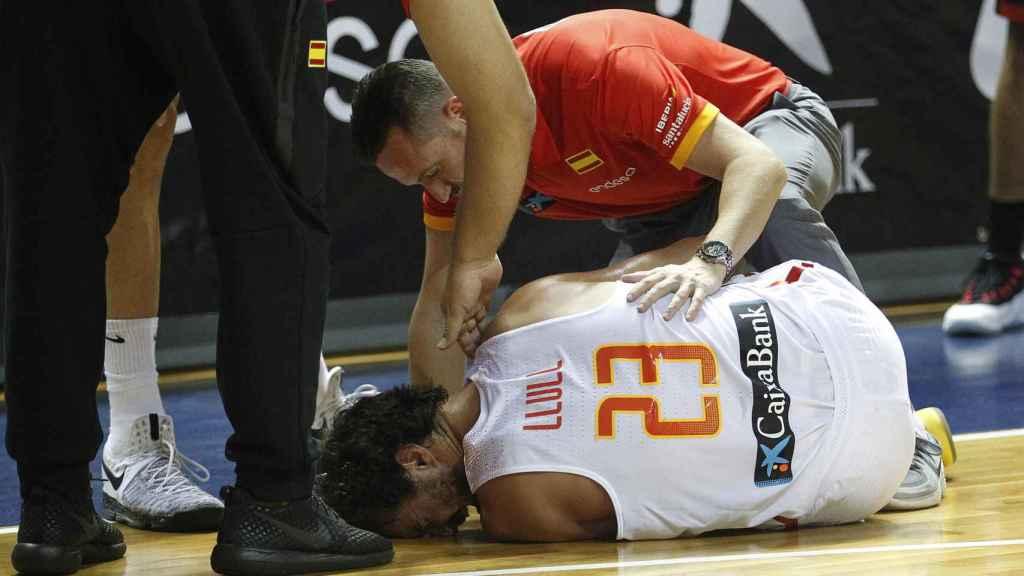 Sergio Llull se duele en el suelo tras su lesión en la rodilla.