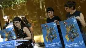 La portavoz de Arran, Mar Ampurdanès, y las diputadas de la CUP, Anna Gabriel, y Mireia Vehí, durante la presentación de su campaña conjunta para el referéndum del 1-O.