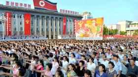 Miles de coreanos participan en una manifestación a favor de su líder