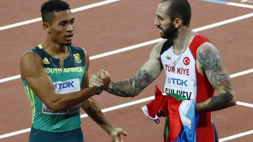 Guliyev y Van Niekerk se dan la mano después de la final de los 200m.