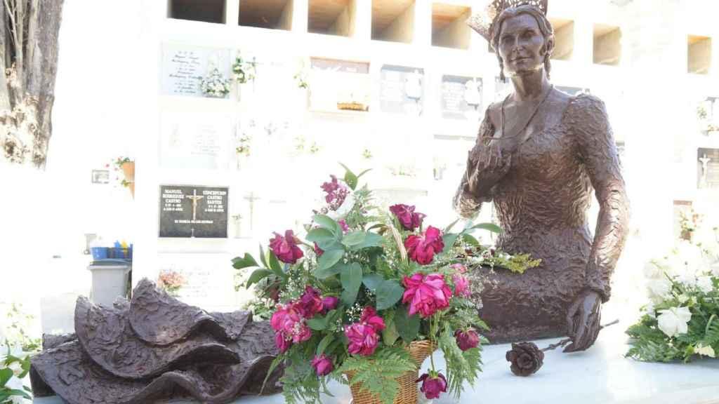 Estatua de Rocío Jurado en el cementerio de Chipiona.