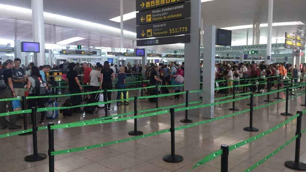 La T1 del Aeropuerto de El Prat presentaba este viernes un aspecto de normalidad