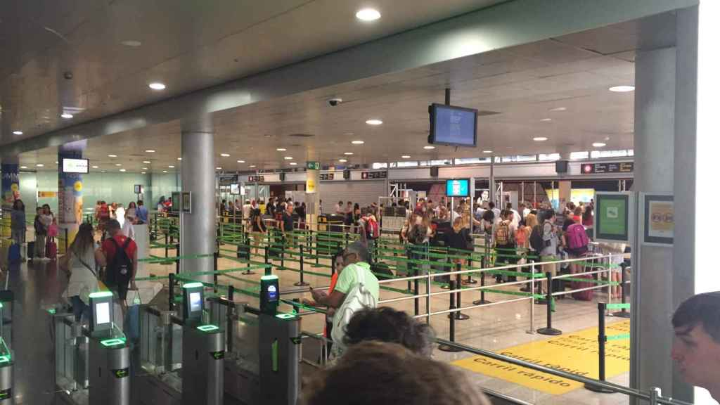El aspecto de la T2 del aeropuerto de Barcelona este viernes por la tarde. Tampoco registró colas ni incidentes