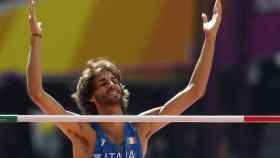 Tamberi celebra un salto válido en la calificación de altura.