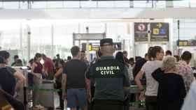 Guardias civiles en el aeropuerto de El Prat este viernes.