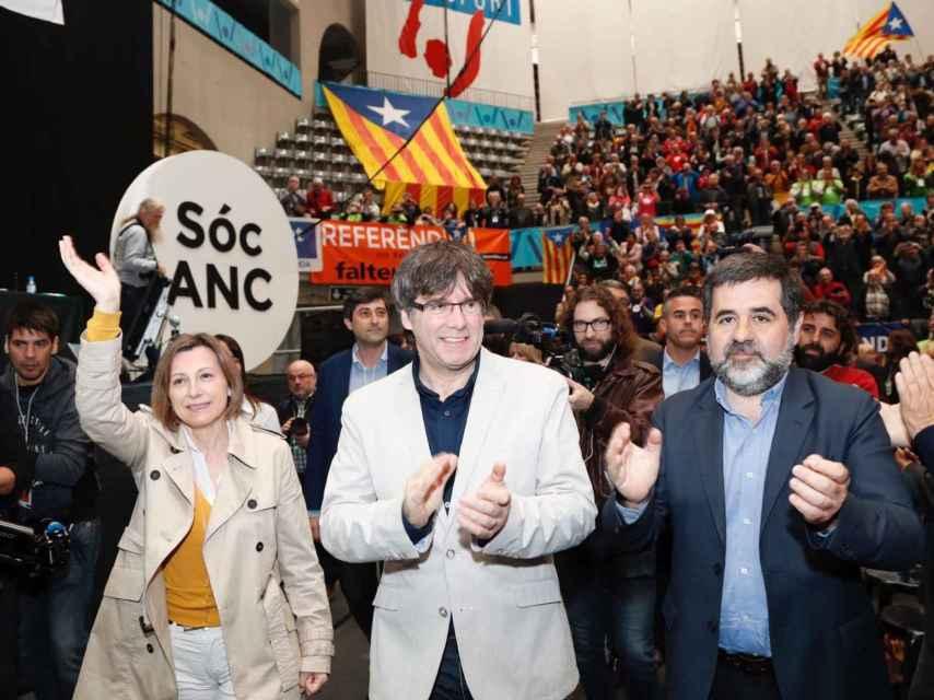 La expresidenta de la ANC, Carne Forcadell, junto con el actual líder, Jordi Sánchez, y el president, Carles Puigdemont.