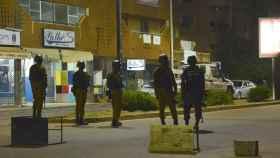 Miembros de las Fuerzas de Seguridad patrullan los alrededores del restaurante  tras un supuesto ataque terrorista en Uagadugú .