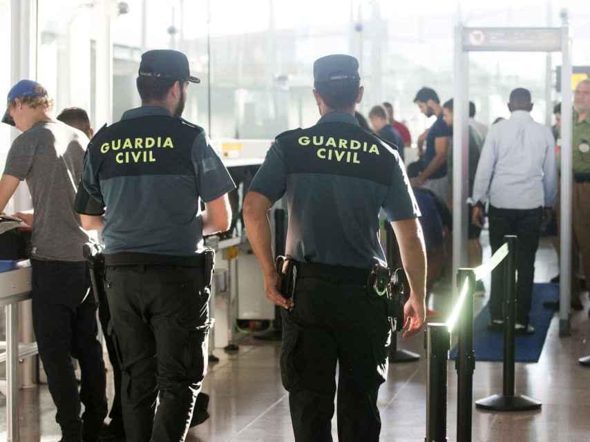 Agentes de la Guardia Civil en los controles de El Prat.