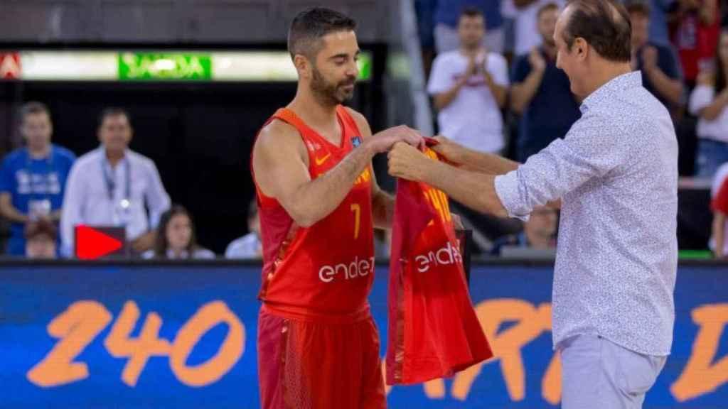 Epi le da la camiseta con el número de internacionalidades (240) a Navarro.