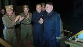 Kim Jong-un supervisando una prueba de misiles balísticos.