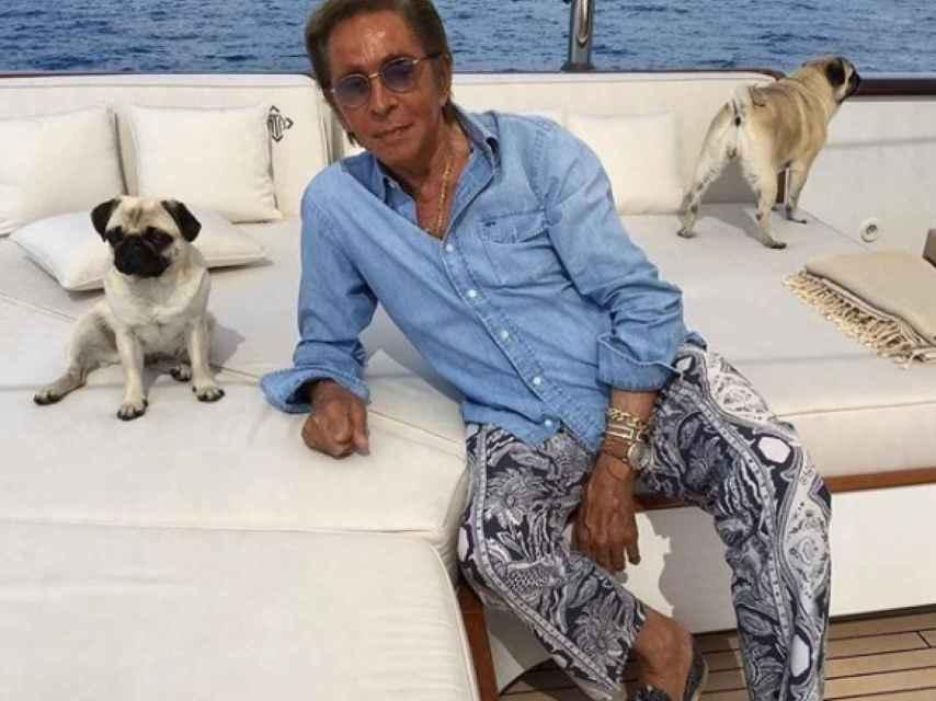 Valentino, en su yate con algunos de sus perros.