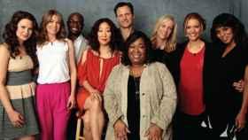 Shonda Rhimes junto a actores de sus series.