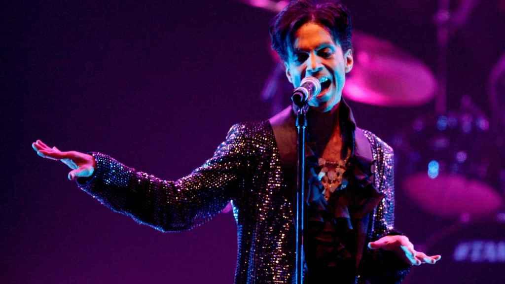 El cantante Prince sobre los escenarios de Los Angeles en marzo de 2009. | Foto: Getty Images.