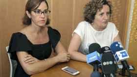 María Castillo (i), abogada de Juana Rivas. Y su asesora, Francisca Granados.