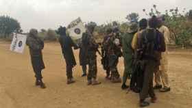 Militantes de Boko Haram (con ropa de camuflaje) en un intercambio de rehenes en mayo.
