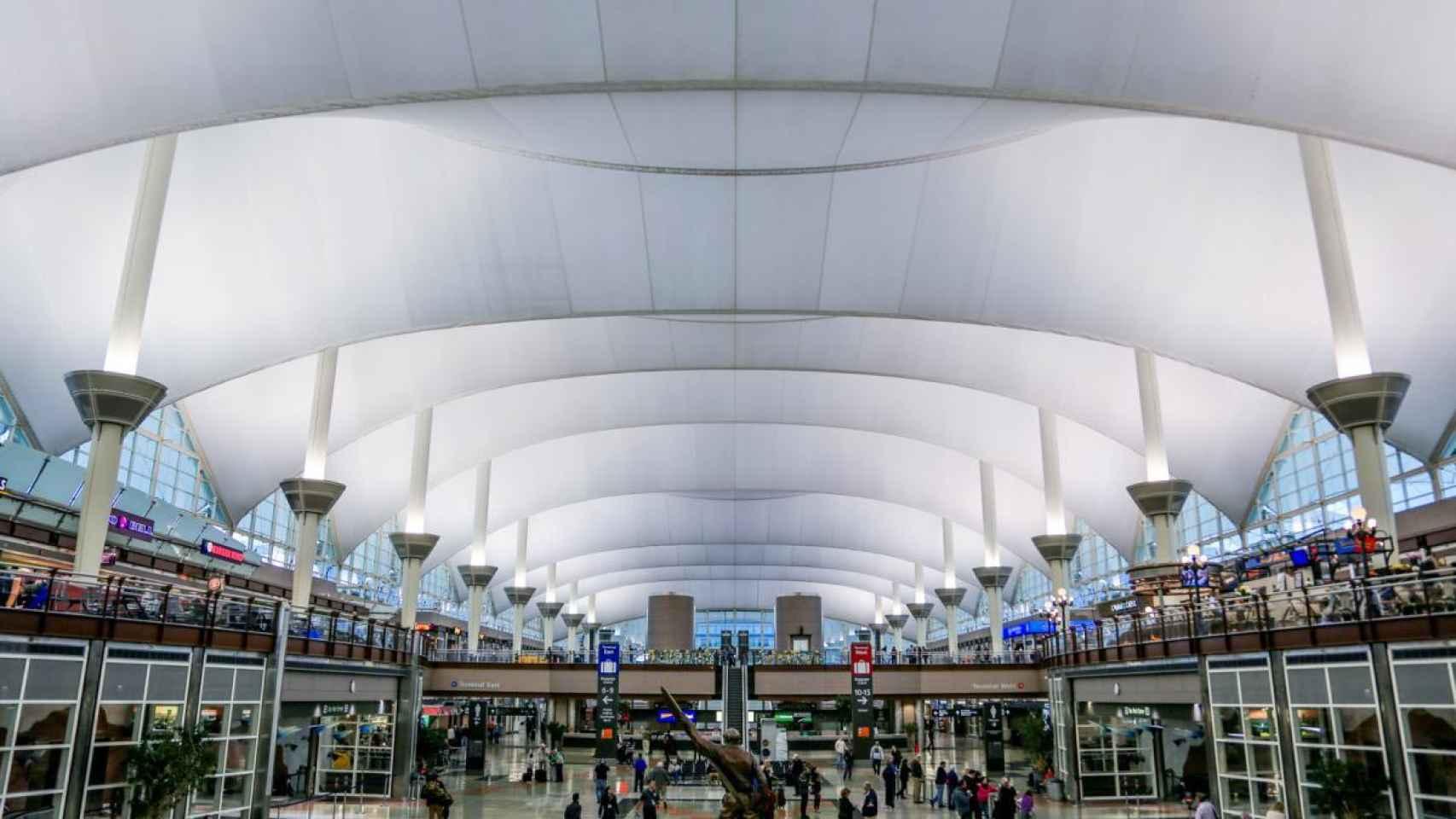 Denver aprueba la alianza aeroportuaria de 1.800M con Ferrovial y Magic Johnson