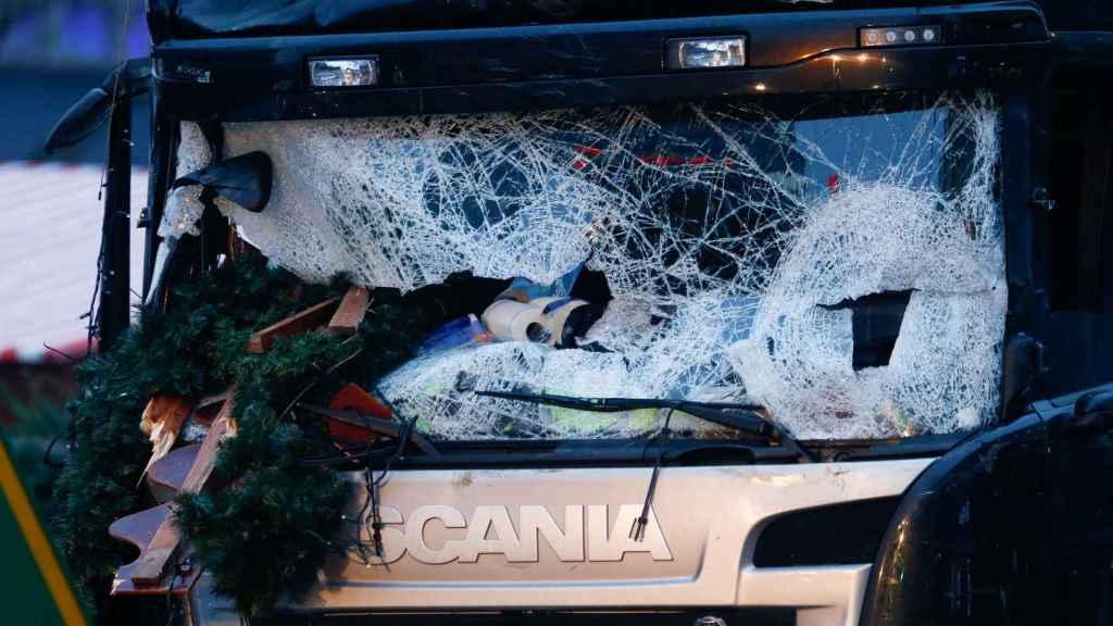 El parabrisas del camión que arrolló a una multitud en Berlín.