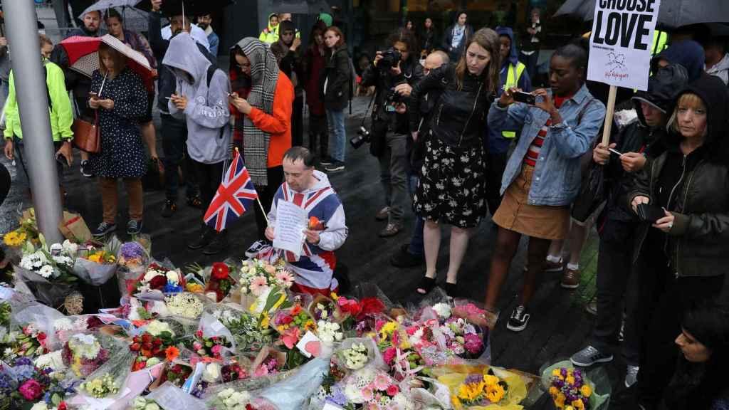 Vecinos de Londres homenajean a las víctimas del atentado.