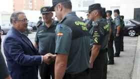 Juan Ignacio Zoido saluda a varios guardias civiles en la comandancia de Algeciras.