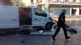 La furgoneta que ha atropellado a los viandantes en Las Ramblas.