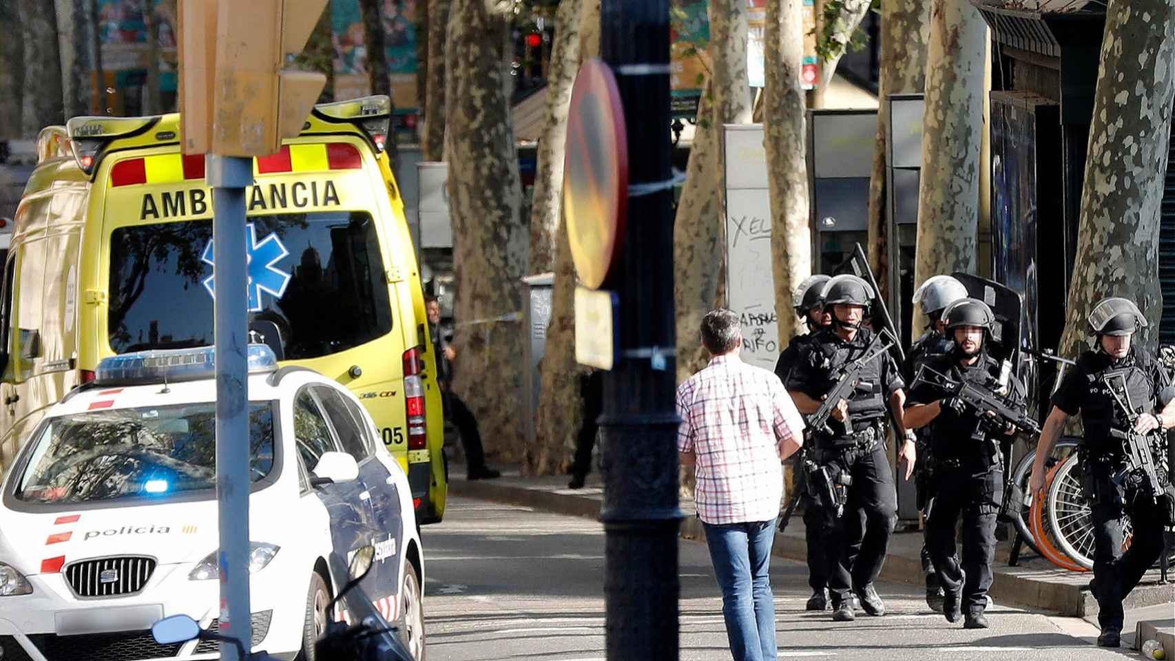El dispositivo policial en la zona en la que se ha perpetrado un atentado que ya ha dejado, al menos, 13 muertos.