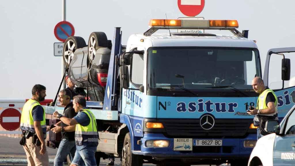 Retirada del Audi A3 que utilizaron los terroristas de Cambrils