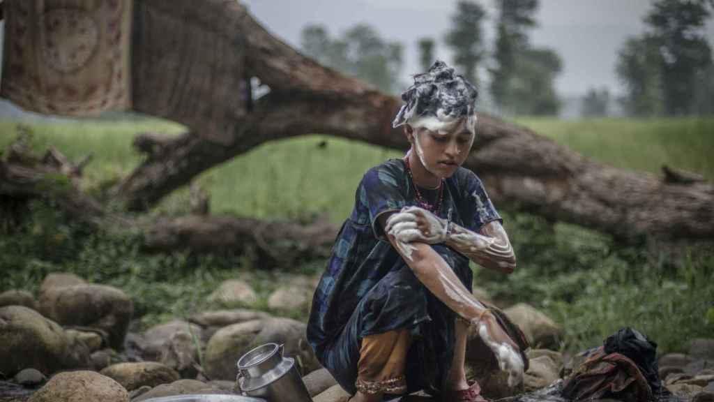 Mangu Bika, de 14 años, se lava en una charca separada donde las mujeres se ven obligadas a bañarse.