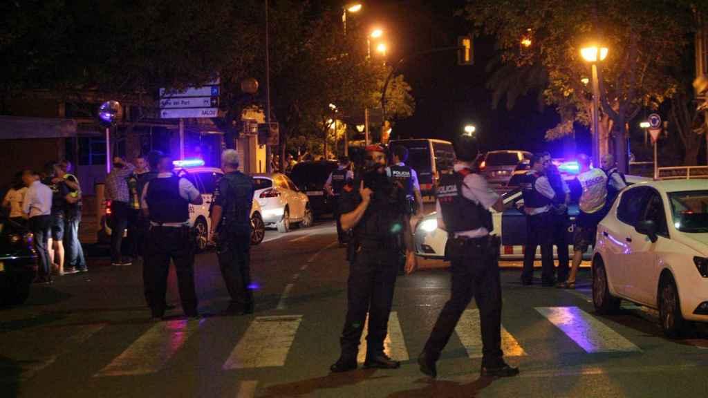 Las fuerzas de seguridad ayer en Cambrils tras abatir a los cinco terroristas