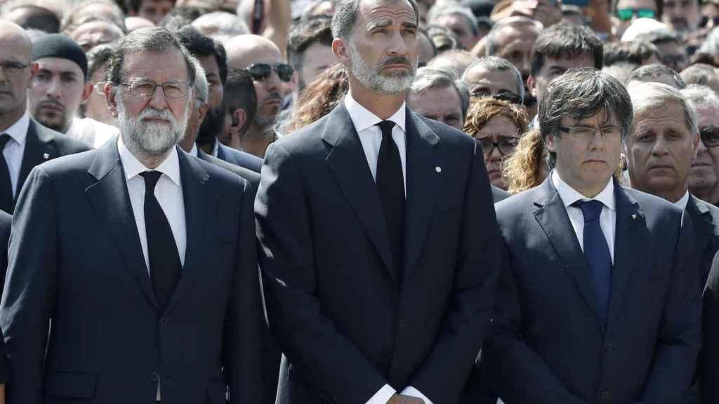 Rajoy y Puigdemont, separados por el rey, coinciden por primera vez en el minuto de silencio.