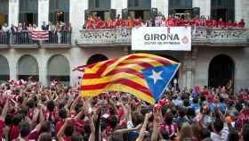 La afición del Girona FC celebra el ascenso frente al Ayuntamiento de la localidad.