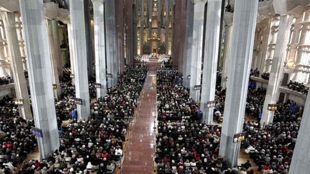 El interior de la Sagrada Familia, repleto, durante la celebración de una misa
