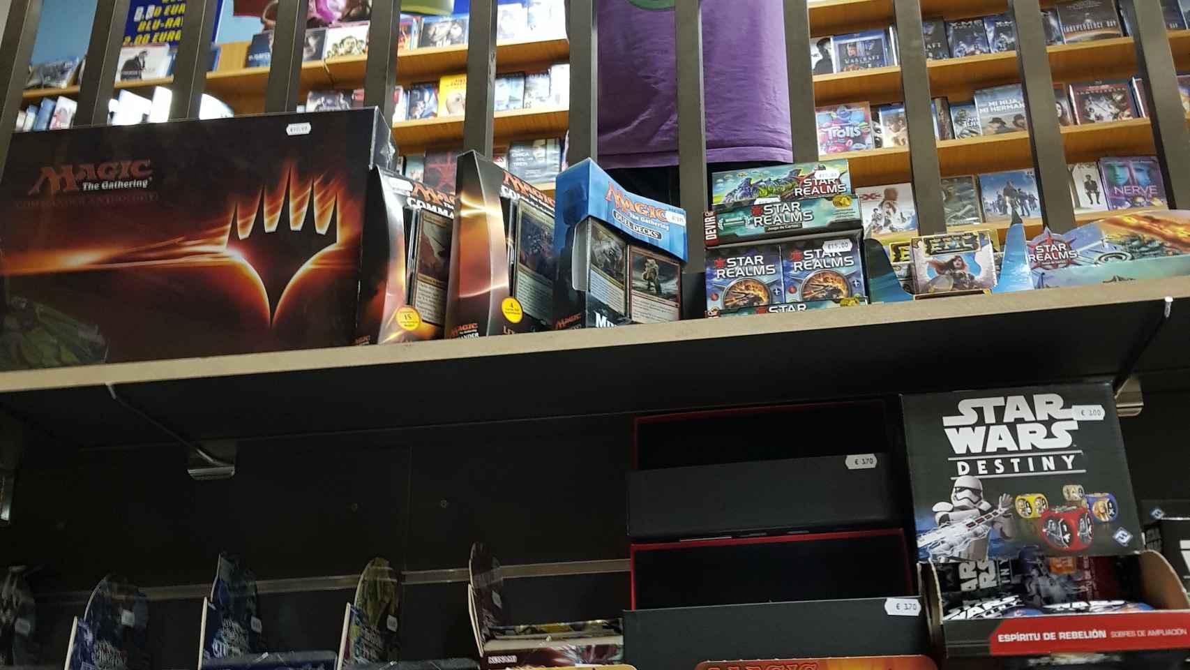 Ángel Galindo gestiona un videoclub reconvertido y centrado en juegos de mesa.