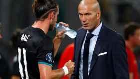 Bale junto a Zidane durante la Supercopa de Europa.