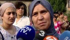 La madre de Younes Aboyaaqoub atendiendo a los periodistas hoy en Ripoll.