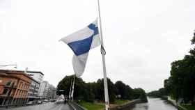 La bandera finlandesa ondea hoy a media asta.