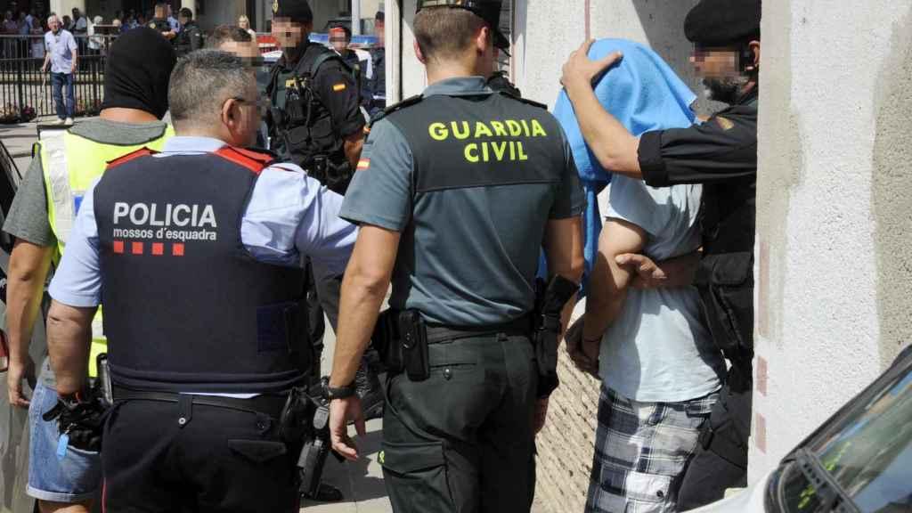 Mossos y guardias civiles, durante la detención de uno de los implicados en los atentados de Barcelona.