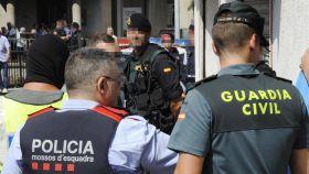 Mossos y guardias civiles, en una operación.