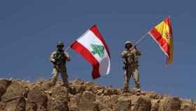 Soldados del Ejército libanés ondean la bandera española.
