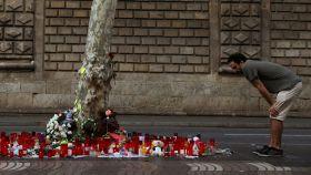Uno de los altares que se improvisaron en Las Ramblas tras el atentado.