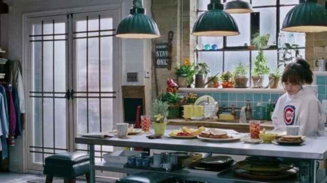 En esta escena de la película Todos los días de mi vida (2012) la entrada a la casa es directamente por la cocina que se integra con el salón y que utiliza la mesa del comedor como isla.