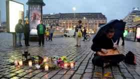 Unas velas conmemoran a las víctimas pocas horas después del ataque en Finlandia.