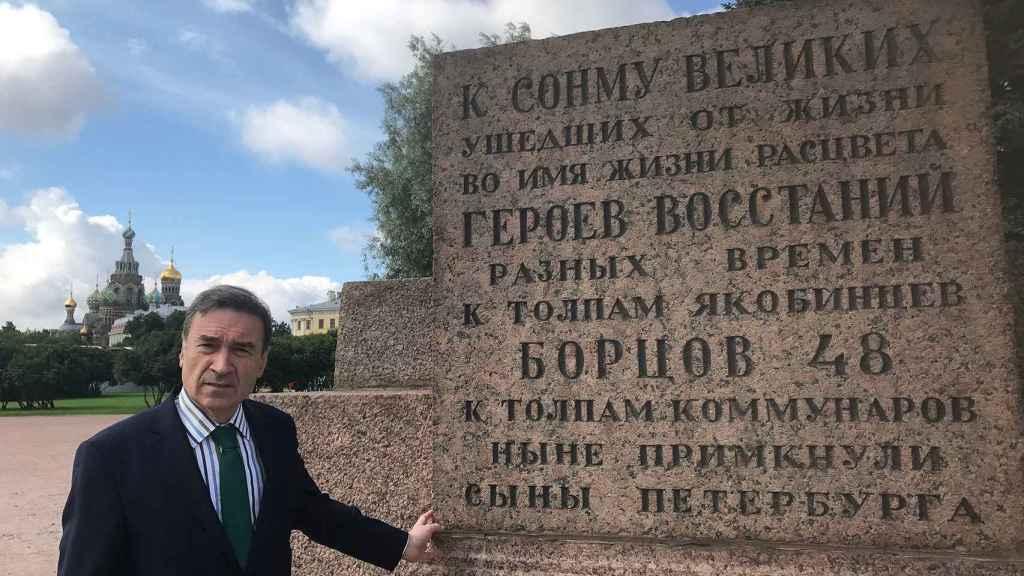 Ante un texto de Lunacharski que homenajea a los jacobinos, la Comuna y la Revolución, con la iglesia de la Sangre Derramada al fondo.