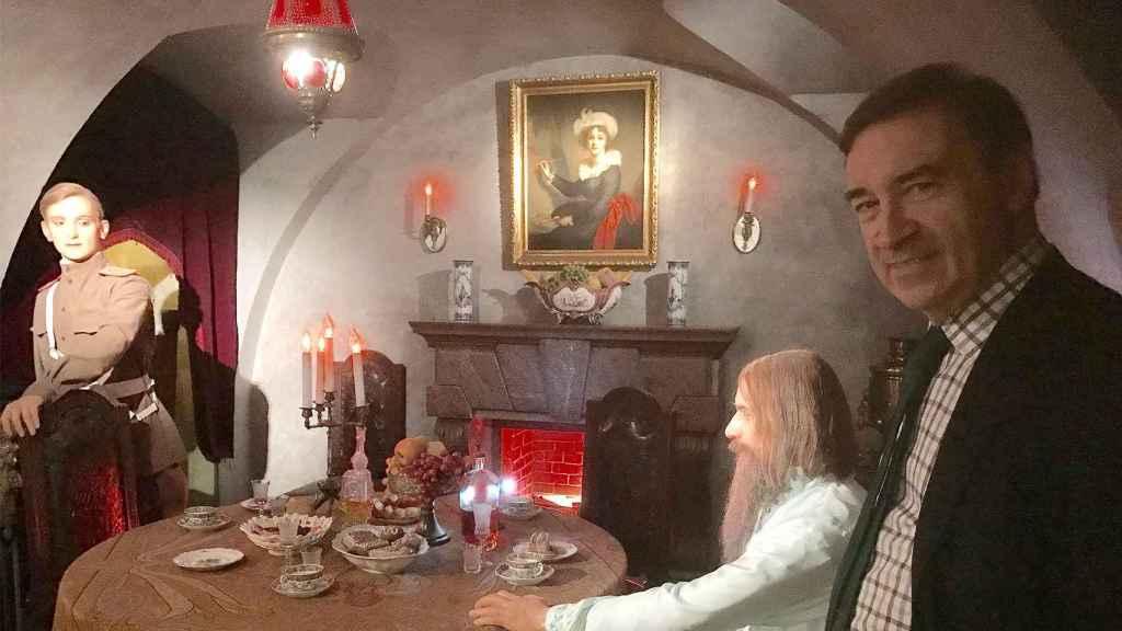 En el sótano del Palacio de los Yusupov, ante la representación de la última cena de Rasputin con el príncipe Félix.
