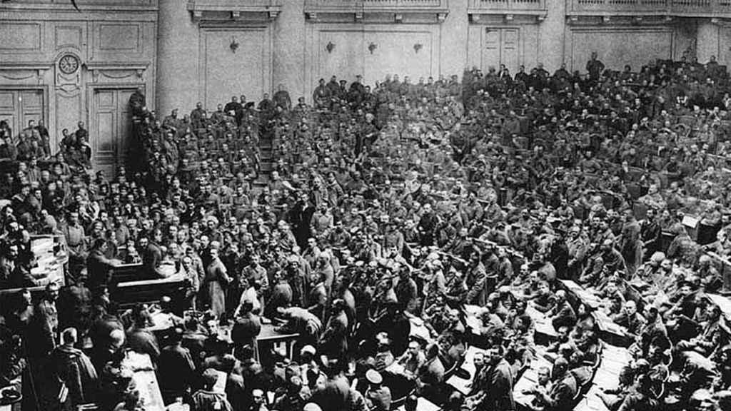 Asamblea del soviet de soldados de San Petersburgo en el hemiciclo de la Duma en el Palacio de Tauride en la primavera de 1917.