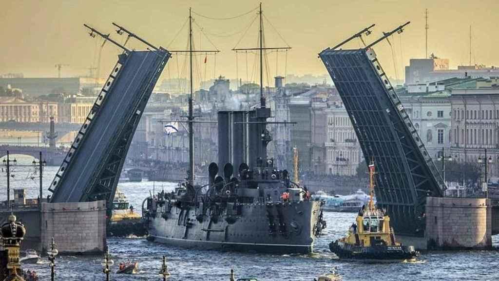 Los puentes de San Petersburgo se abren al paso del acorazado Aurora en una simulación de la ruta que siguió desde Kronstadt para sumarse a la Revolución.