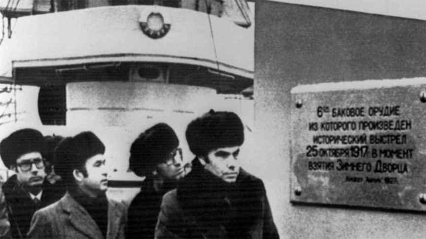 Felipe González, Guerra y Boyer durante su visita al Aurora en 1977 en Leningrado.